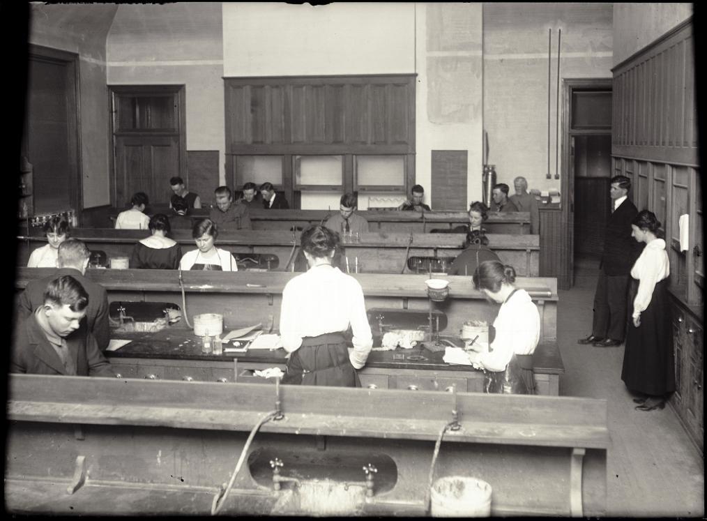 chemistry_students_1919